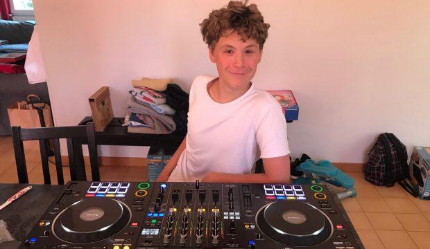 Benjamin a eu des platines pour apprendre à mixer comme un DJ