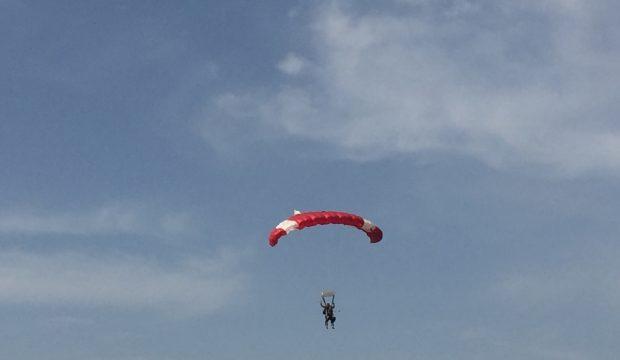 Quentin a sauté en parachute