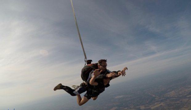 Paolo a fait un saut en parachute