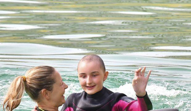 Léane nage avec les dauphins