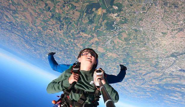 Aaron a fait un saut en parachute