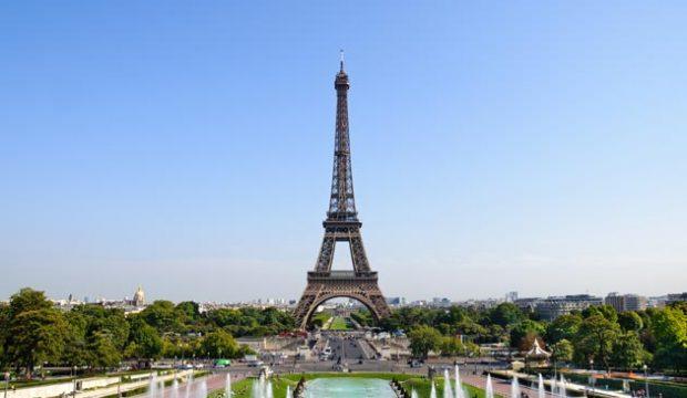 Ines Farah a visité Paris et a vu la Tour Eiffel
